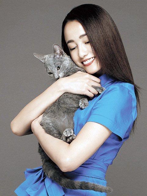 沢尻エリカさんの猫を抱く画像2