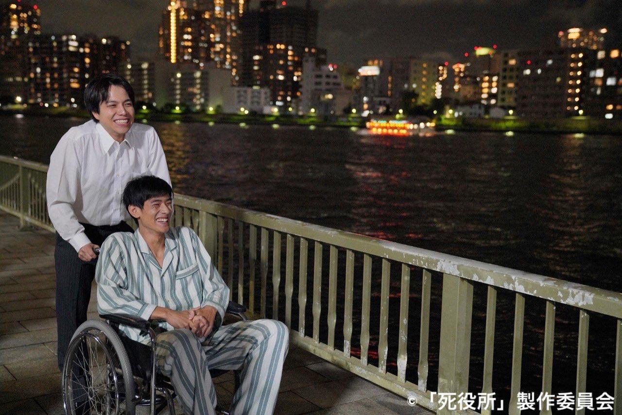 車いすを押す自然な演技の重岡大毅さん画像