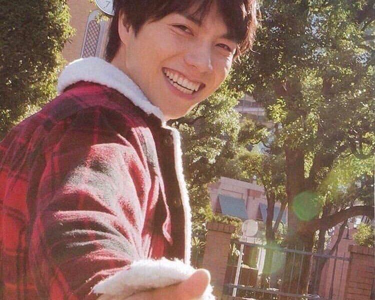 振り向き笑顔の重岡大毅さん画像