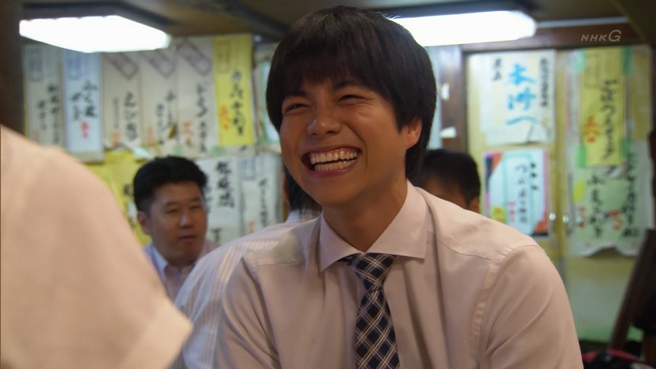Yシャツとネクタイ、笑顔の似合う重岡大毅さん画像