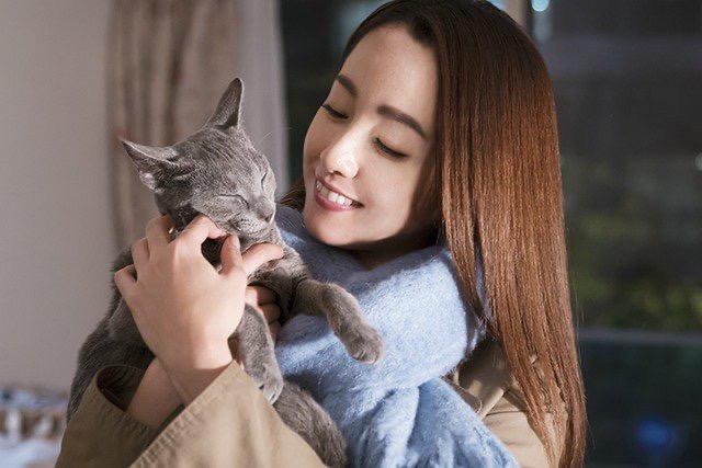 沢尻エリカさんの猫を抱く画像1