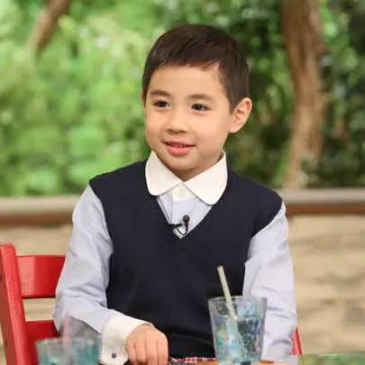 寺島しのぶさんの息子、眞秀君の制服姿っぽい画像